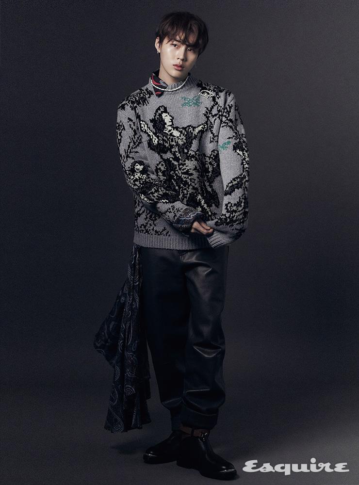 스웨터, 페이즐리 프린트 롱 셔츠, 가죽 팬츠, 콤배트 부츠, 브로치 모두 가격 미정 디올 맨. 진주 네크리스 스타일리스트 소장품.