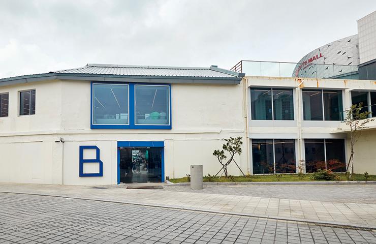 B.4291은 남포동의 역동적인 에너지가 증폭되는 새로운 공간이다. 침체된 건어물 시장 골목에 활력을 불어넣고 있다.