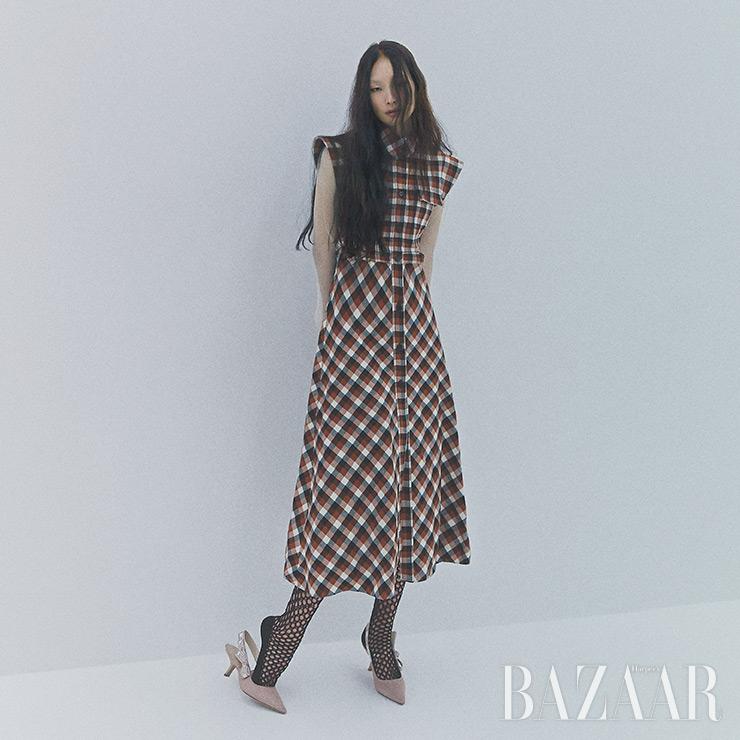 시스루 셔츠, 체크 드레스, 망사 스타킹, '자디올' 슬링백 펌프스는 모두 Dior.