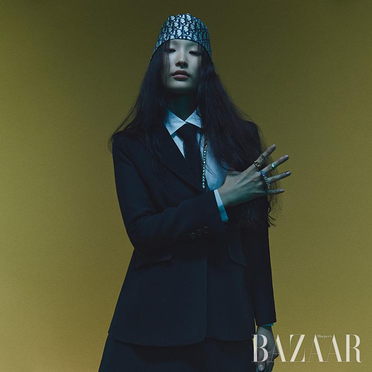 재킷, 셔츠, 헤어밴드로 활용한 자카드 스카프, 타이, 진주 장식 롱 목걸이, 반지는 모두 Dior.