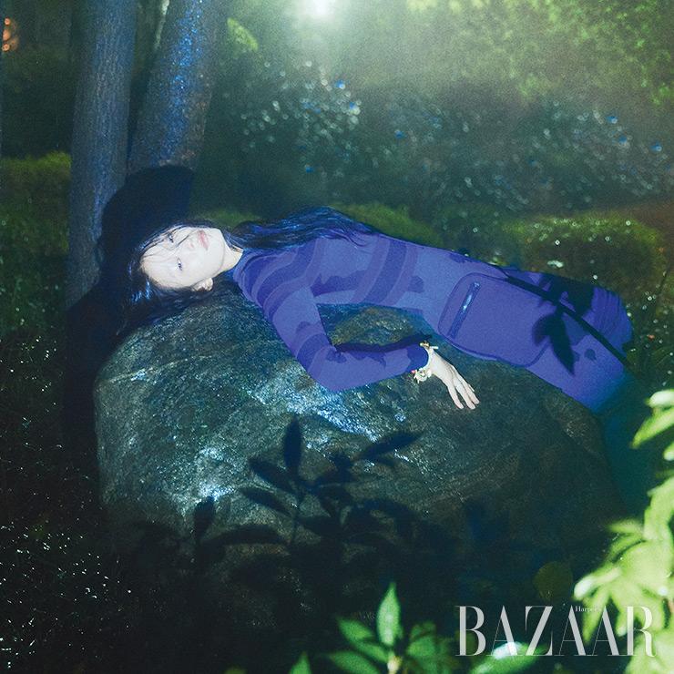 카무플라주 점프수트, 팔찌, 반지는 모두 Dior.
