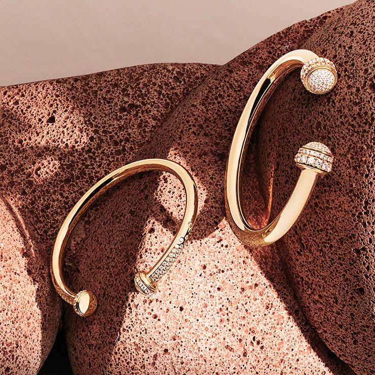 피아제 '포제션' 컬렉션의 30주년 기념 옐로 골드 뱅글.