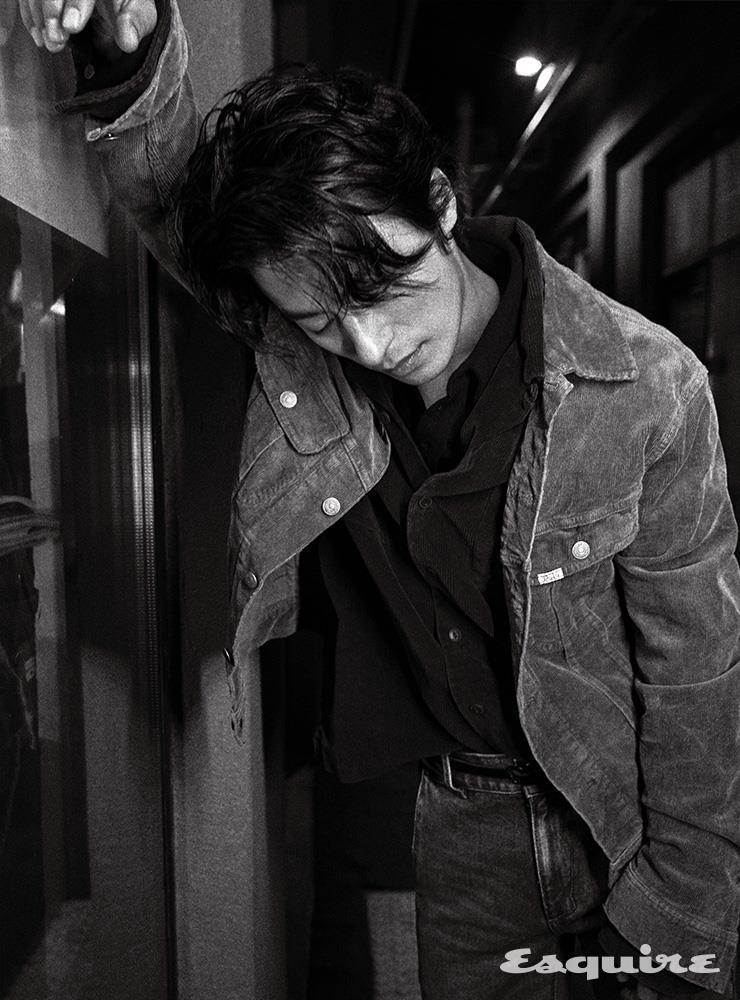재킷, 셔츠 모두 폴로 랄프 로렌. 니트 톱 토즈. 팬츠 아더에러. 벨트 스타일리스트 소장품.