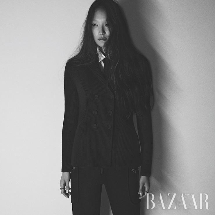 니트 재킷, 스트라이프 셔츠, 팬츠, 타이, 반지는 모두 Dior.