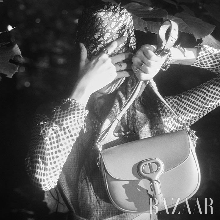 도트 드레스, 프린지 베스트, 터번으로 활용한 자카드 스카프, 팔찌, 반지, 무슈 디올의 반려견 이름을 붙인 미디엄 사이즈의 그레이 '디올 바비' 백은 모두 Dior.