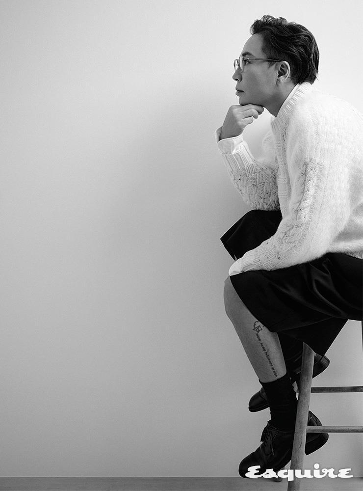 앙고라 니트 톱 이즈니스 by 십화점. 블랙 쇼츠 사스콰치 패브릭스. 블랙 레이스업 슈즈 알든. 화이트 셔츠, 안경, 삭스 모두 스타일리스트 소장품.