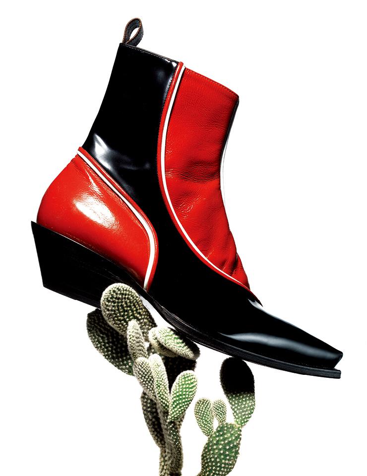 강렬한 컬러 대비와 매끈한 질감, 날렵하게 정돈된 디자인이 돋보이는 웨스턴 부츠는 가격 미정, Louis Vuitton.