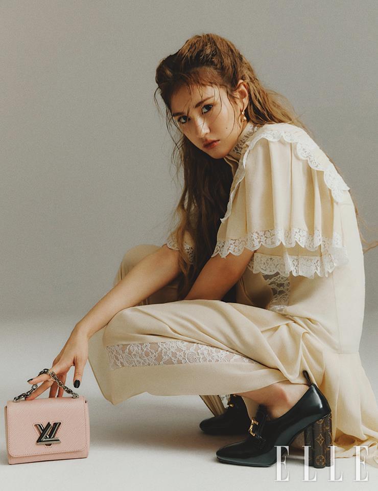 레이스 드레스와 로퍼 힐, B 블러섬 이어링, 핑크 컬러의 트위스트 미니 백은 모두 Louis Vuitton.
