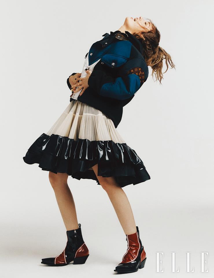 스포티한 후디드 재킷과 섬세한 주름 디테일의 스커트, 웨스턴 부츠, LV 볼트 파인 주얼리 원 링과 B 블러섬 링은 모두 Louis Vuitton.
