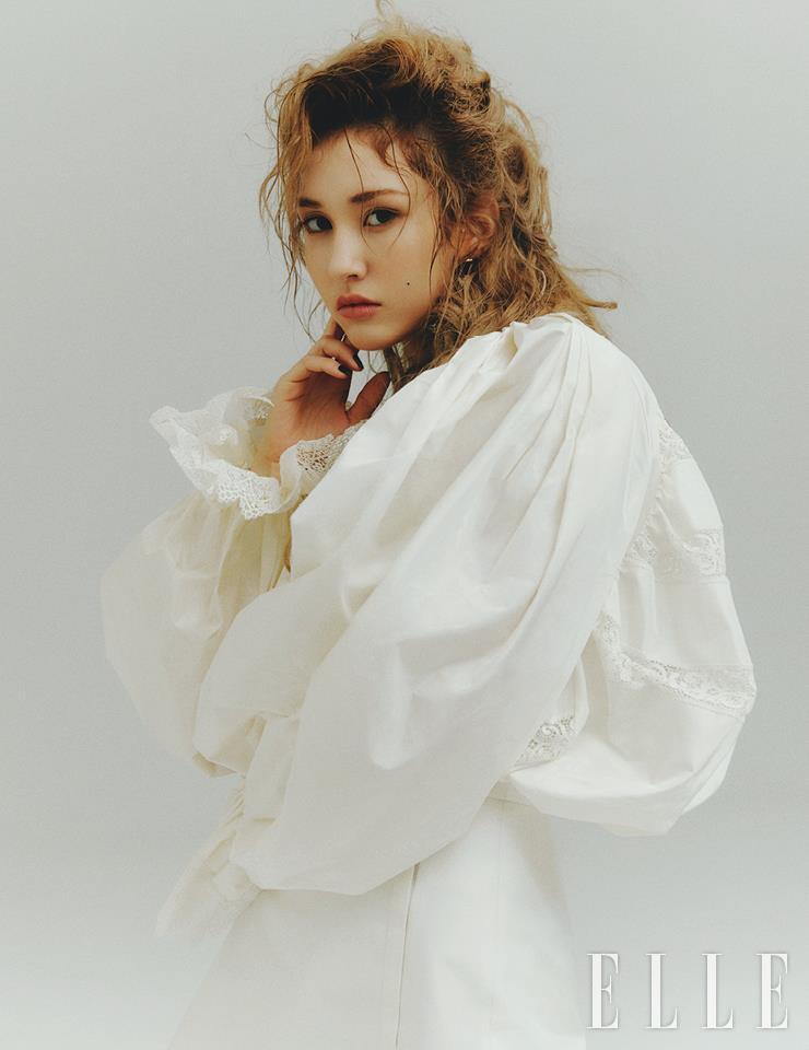 풍성한 실루엣의 화이트 미니드레스와 이어링은 모두 Louis Vuitton.