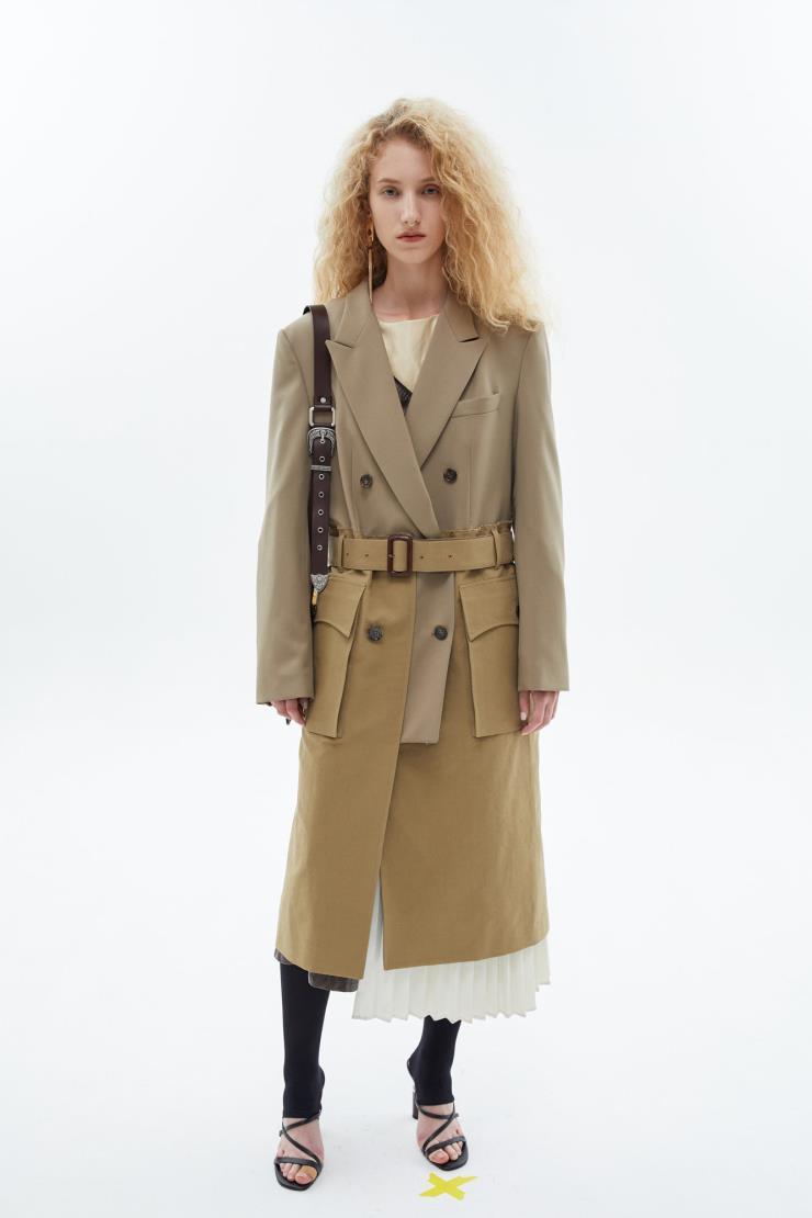 테일러드 재킷과 트렌치코트를 믹스한 아방가르드한 디자인의 트렌치코트는 57만8천원, Andersson Bell.