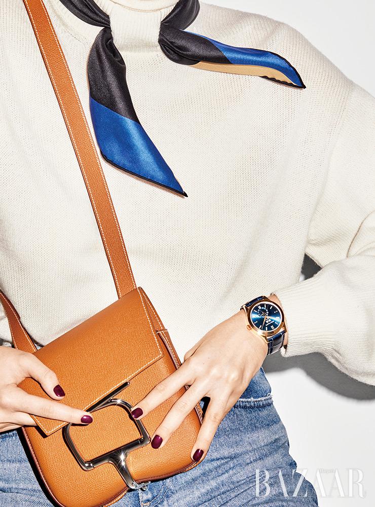 시계는 Patek Philippe. 스웨터, 스카프, 가방은 모두 Hermes. 데님 팬츠는 AG Jeans.