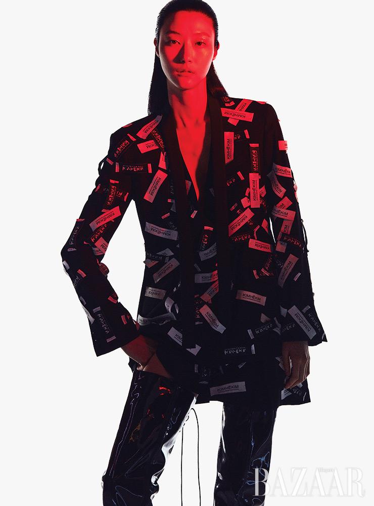 재킷은 2백10만원, 스커트는 1백45만원, 사이하이 부츠는 가격 미정 모두 KimheIkim.