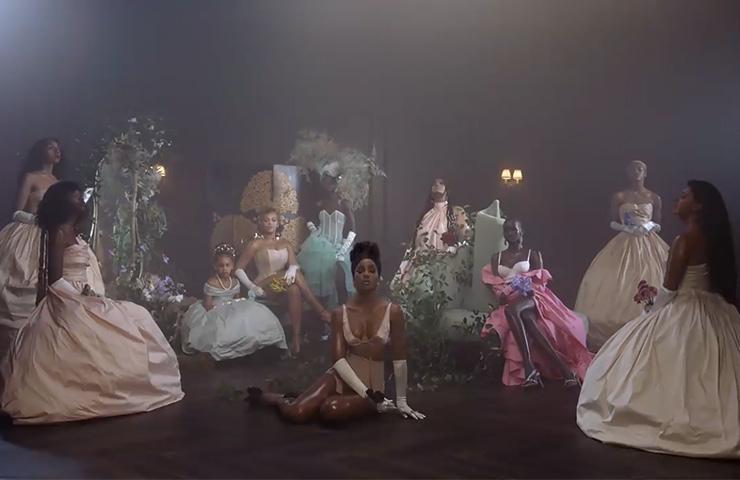 비욘세의 가족과 흑인 아티스트들이 대거 등장한 비욘세의 'Brown Skin Girls' 뮤직비디오.