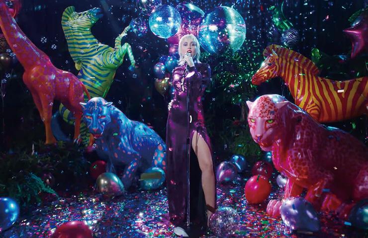 마일리 사이러스가 구찌 드레스를 입고 등장한 'Midnight Sky' 뮤직비디오 속 한 장면.
