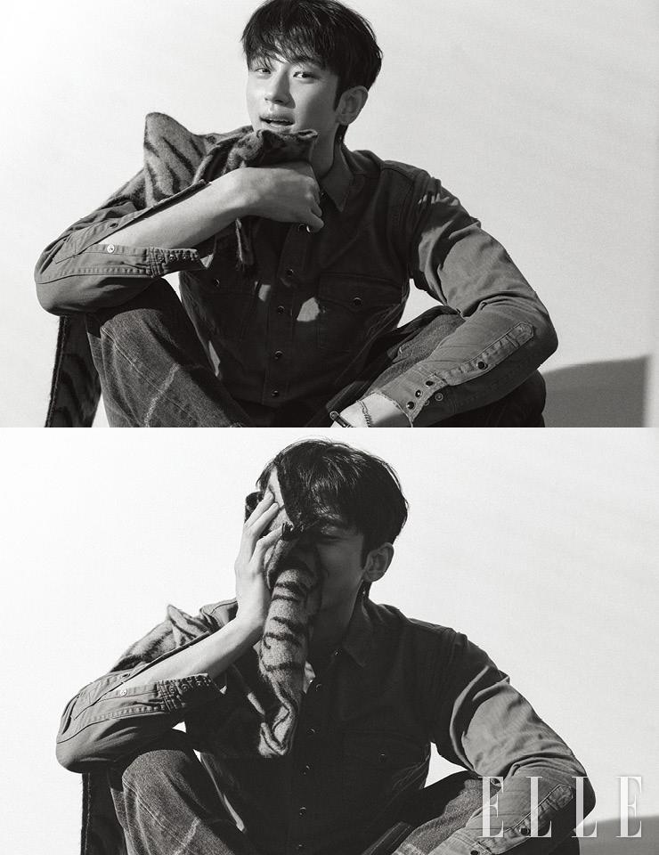 셔츠와 데님 팬츠, 스카프, 브레이슬렛은 모두 Saint Laurent by Anthony Vaccarello.