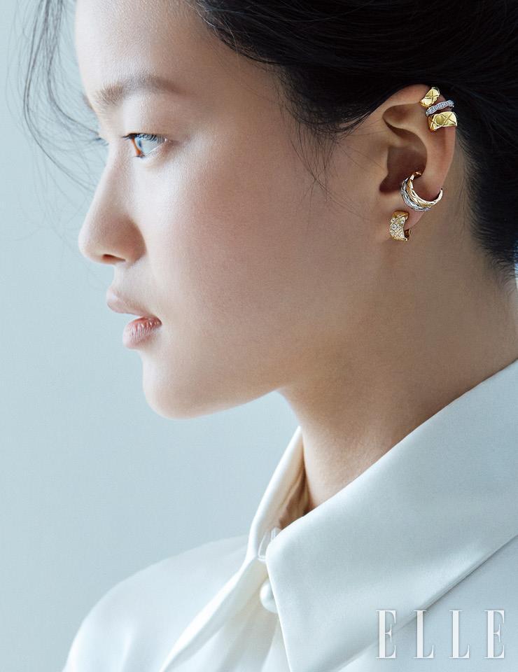 3개의 모티프가 레이어드된 이어 커프, 베이지골드와 화이트골드의 이어 커프, 다이아몬드를 세팅한 베이지골드 코코 크러쉬 이어링은 모두 Chanel Fine Jewelry.