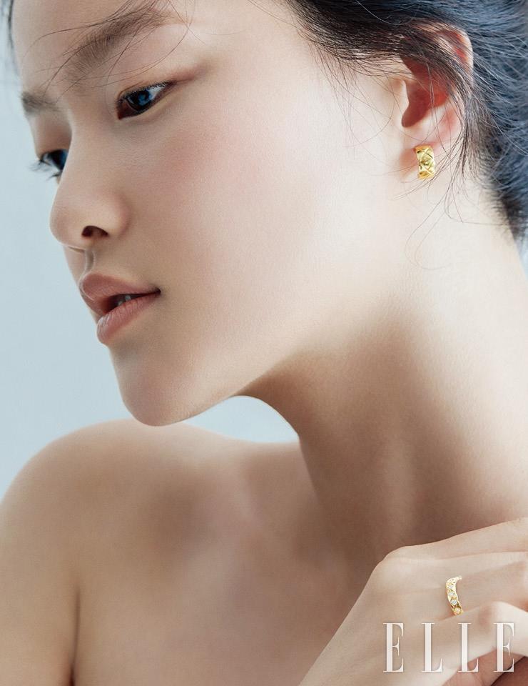 옐로골드 코코 크러쉬 이어링, 다이아몬드 세팅의 옐로골드 코코 크러쉬 미니 사이즈 링은 모두 Chanel Fine Jewelry.