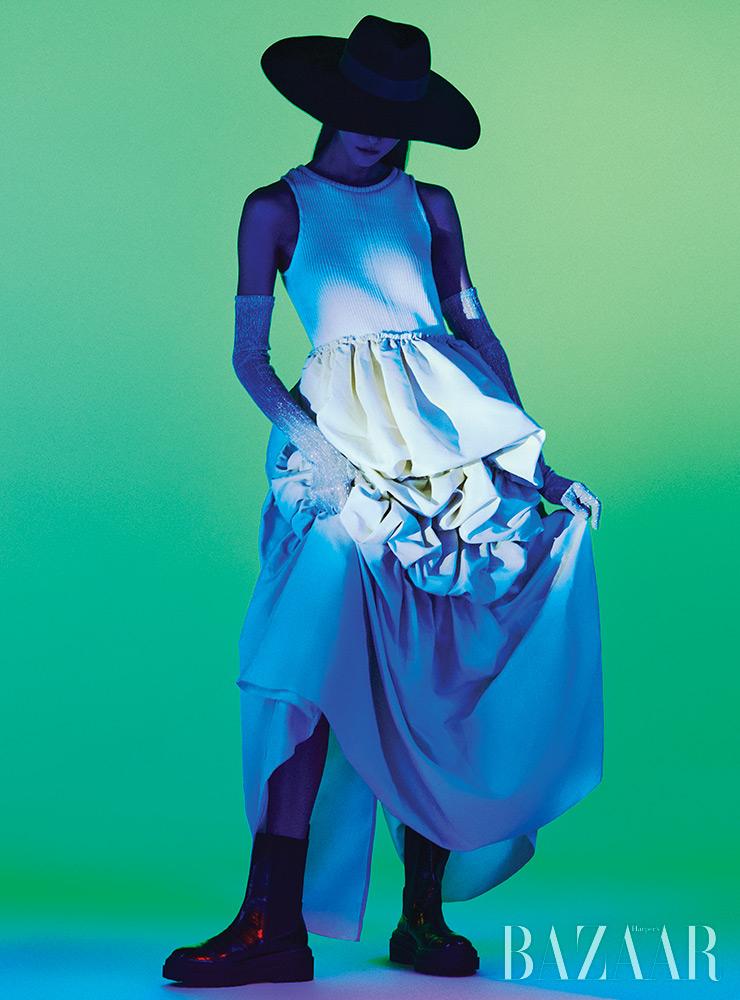 드레스는 83만원대, 장갑은 가격 미정 Leey.Leey. 모자, 앵클부츠는 에디터 소장품.