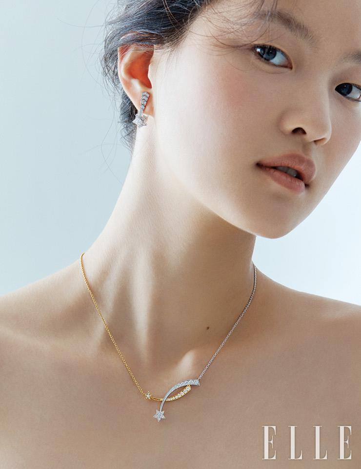 별 모티프의 다이아몬드 세팅 꼬메뜨 이어링, 화이트골드와 옐로골드가 믹스된 디자인의 꼬메뜨 네크리스는 모두 Chanel Fine Jewelry.