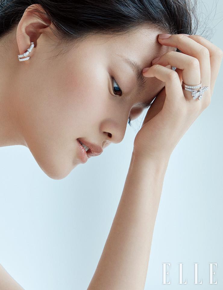리본에서 영감을 얻은 루반 컬렉션 이어링과 링은 모두 Chanel Fine Jewelry.