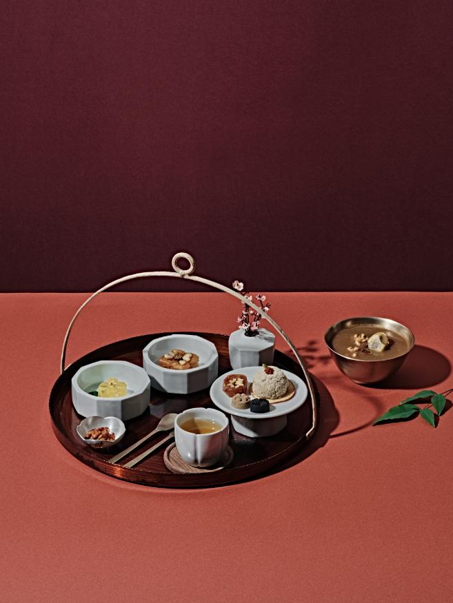 국화꽃차와 8종의 전통병과로 구성된 다과상과 호두대추죽의 단아한 플레이팅.