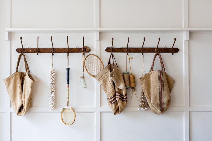 공간마다 벽이나 문에 옷걸이를 설치해 돌아다니는 옷가지가 없게 한다. luisa-brimble ⓒUnsplash