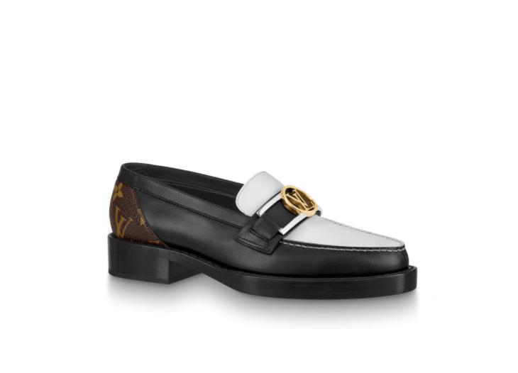 블랙과 화이트의 투톤 매치가 단정한 로퍼는 1백58만원, Louis Vuitton.