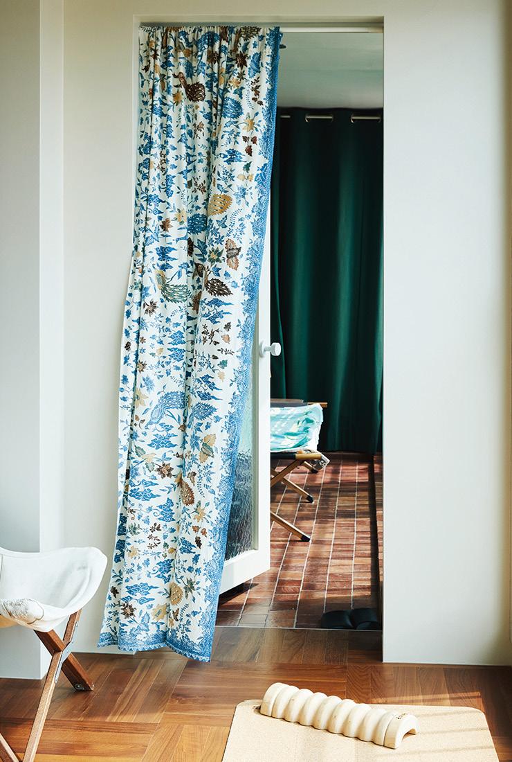 한 평짜리 작은 방에서 고개를 돌리면 눈에 들어오는 캠핑 섹션.
