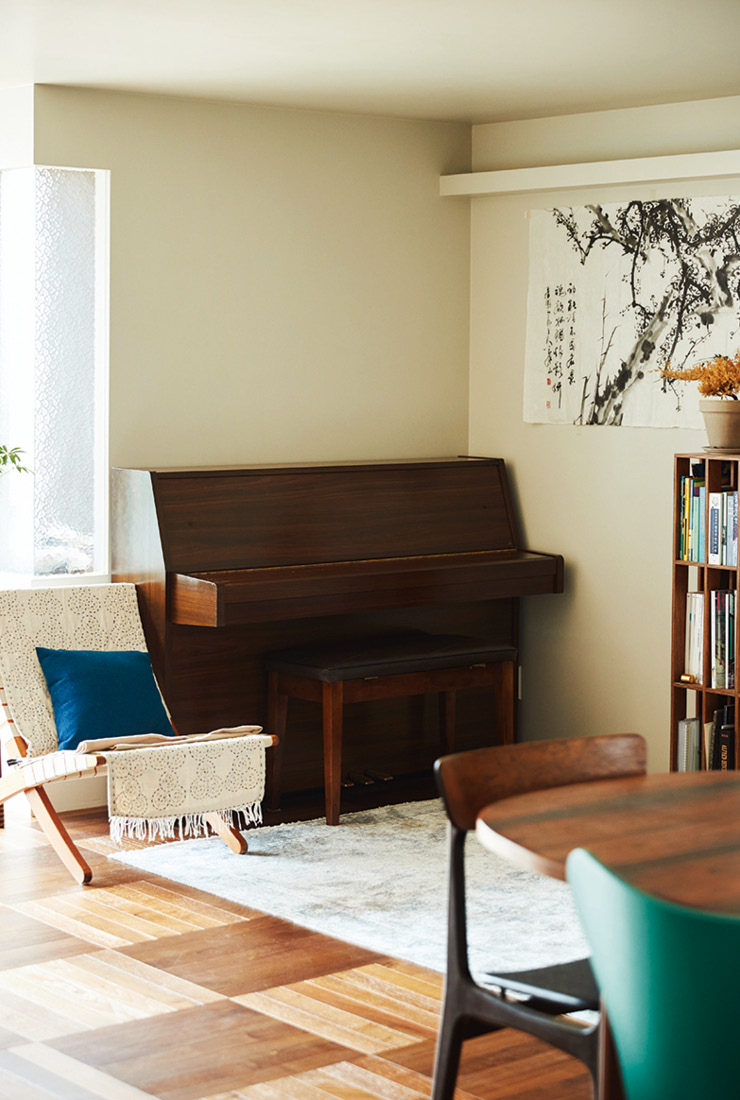 거실에는 소파 대신 1인용 쿠바 체어와 80년대에 제작된 야마하 피아노를 두었다. 피아노는 코로나 이슈가 생긴 뒤 구매한 것.