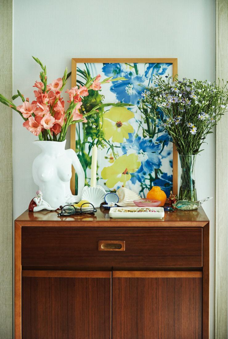 온갖 화려한 꽃과 소품으로 장식한 가리모쿠60 캐비닛.