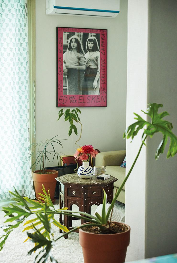온갖 식물로 가득한 거실. 네덜란드 포토그래퍼 에드 판 데르 엘스컨의 사진으로 제작한 아트 포스터는 '와일드 덕'에서 구매했다.