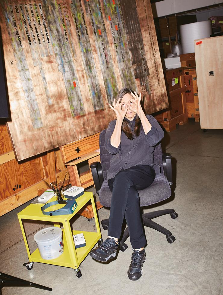 코로나19 팬데믹 기간 가족과 함께 자신의 스튜디오에서 격리 중인 제니 홀저.