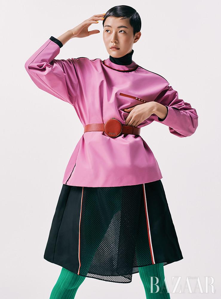 아우터, 드레스, 벨트, 타이츠는 모두 가격 미정 Prada.