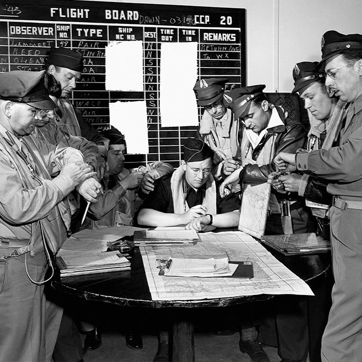 미국 연안경비대 파일럿들이 메인주 바하버 비행 미션 전에 시계를 맞추고 있다. © GETTY IMAGES KOREA