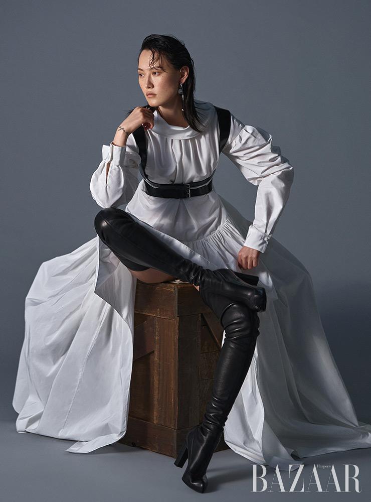 드레스는 5백25만원, 코르셋 벨트는 가격 미정, 사이하이 부츠는 2백54만원 모두 Alexander Mcqueen. 귀고리는 Givenchy.