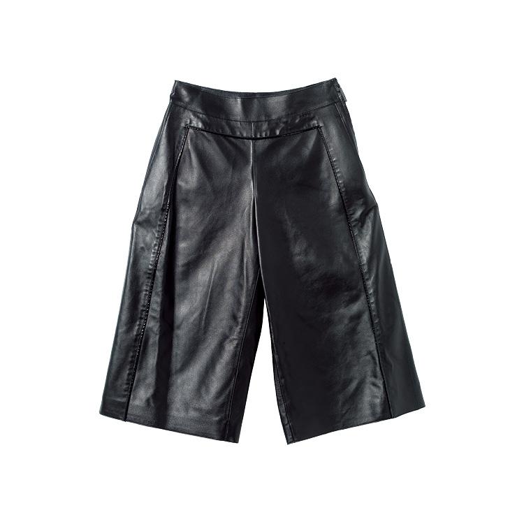 블랙 버뮤다 팬츠는 1백55만원, Longchamp.