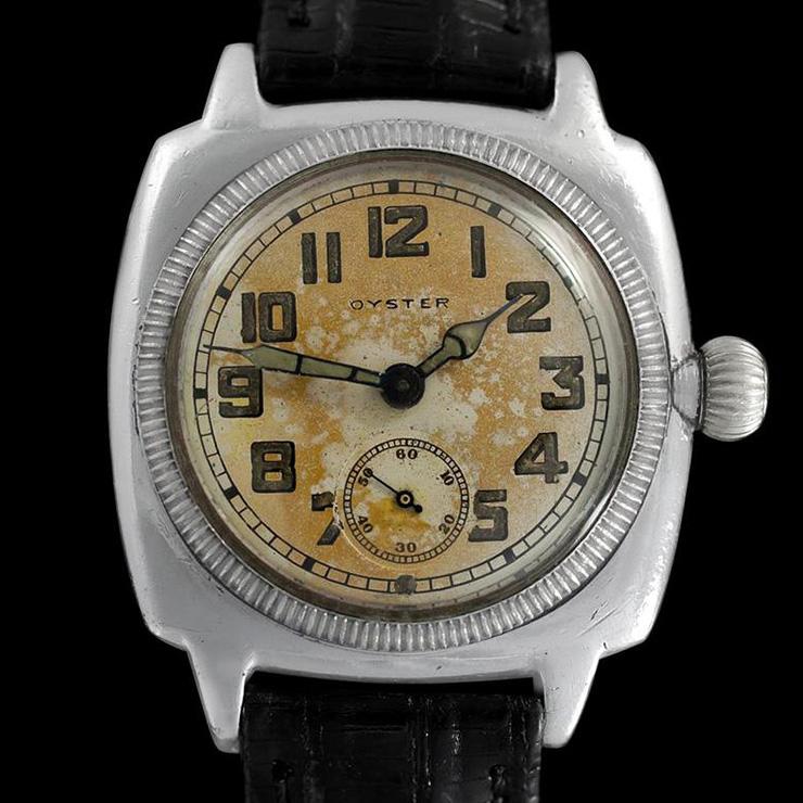 1926년에 발표한 세계 최초의 완전 방수 시계. 1980년대까지 튜더가 만든 프랑스 해군 다이빙 시계는 이를 기반으로 했다. 롤렉스 오이스터.