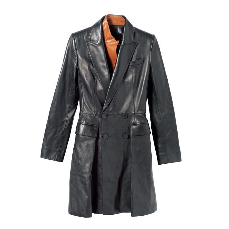 브라운 컬러로 포인트를 준 코트는 6백84만원, Alexander McQueen.