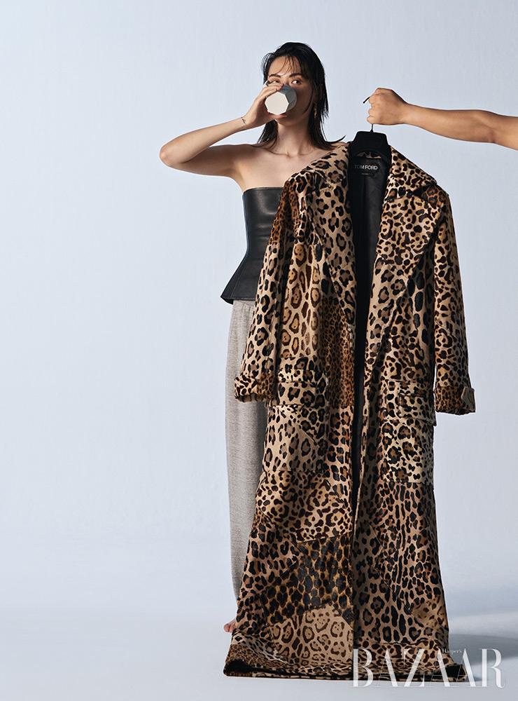 코트는 가격 미정, 팬츠는 2백50만원 Tom Ford. 코르셋 톱은 Dior. 귀고리는 Louis Vuitton.