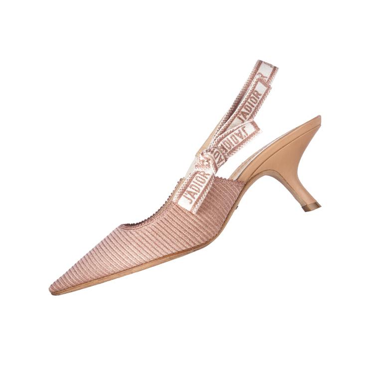 리본 포인트의 핑크 슬링백은 가격 미정, Dior.