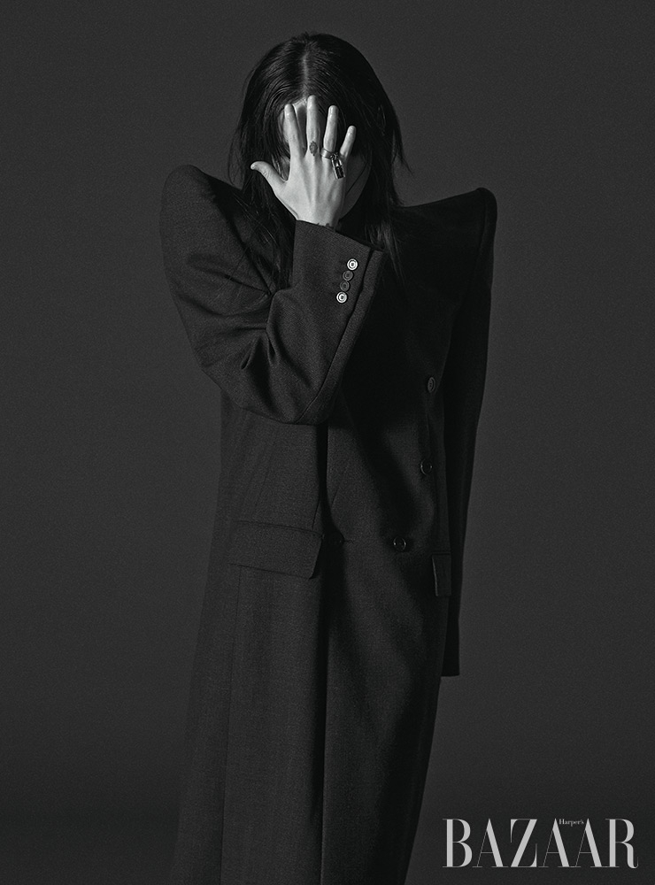 코트는 가격 미정, 반지는 44만원대 Balenciaga.