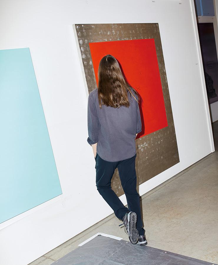 진행 중인 작품 〈Red X〉 앞에 선 홀저.