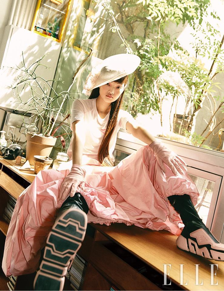 핑크 컬러 톱은 4만원대, Reebok. 로맨틱한 무드의 드레스는 가격 미정, Renaissance by Net-A-Porter. 플라워 장식 햇은 약 1백1만1천원, Merve Bayindir by Net-A-Porter. 사이하이 부츠는 가격 미정, Prada. 글러브는 69만원, Gucci.