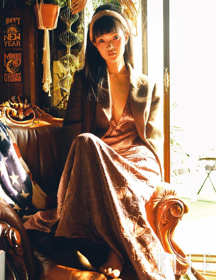 브라운 컬러의 재킷과 핑크 컬러의 롱 드레스는 가격 미정, 모두 Miu Miu.