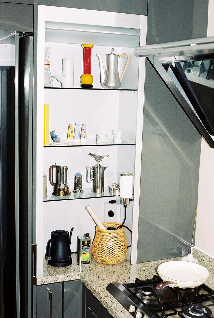 부엌 장식장에 진열된 다양한 소품들. 그중에서 하시시 박이 가장 아끼는 것은 첫째 시하가 손으로 빚은 도자 컵이다.