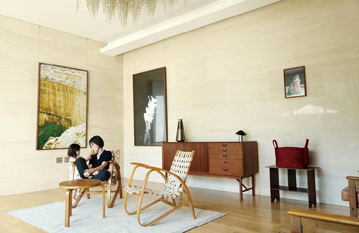 거실 벽에 걸린 커다란 그림 두 점은 하시시 박의 2017년 작품. 얀 바넥의 1930년대 라운지 체어에 앉은 그녀가 딸 본비와 이야기를 나누고 있다. 라운지 체어 앞에 놓인 사이드 테이블은 알바 알토. 가운데 사이드보드는 피터 흐비트와 묄가드 닐센의 작품.