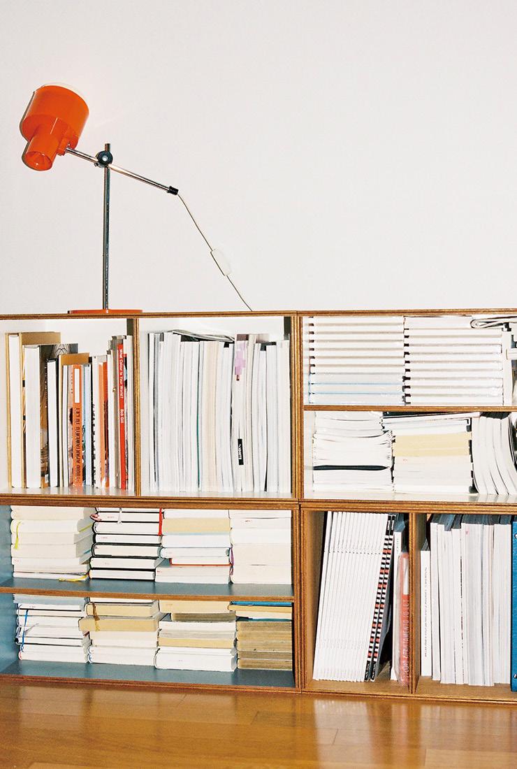개인 작업물과 소설책이 거꾸로 꽂혀 있는 책장.