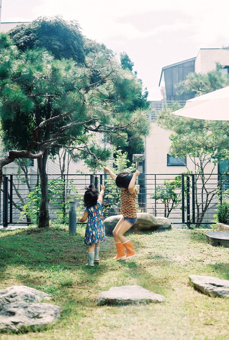 정원에서 마음껏 뛰놀고 있는 아이들.