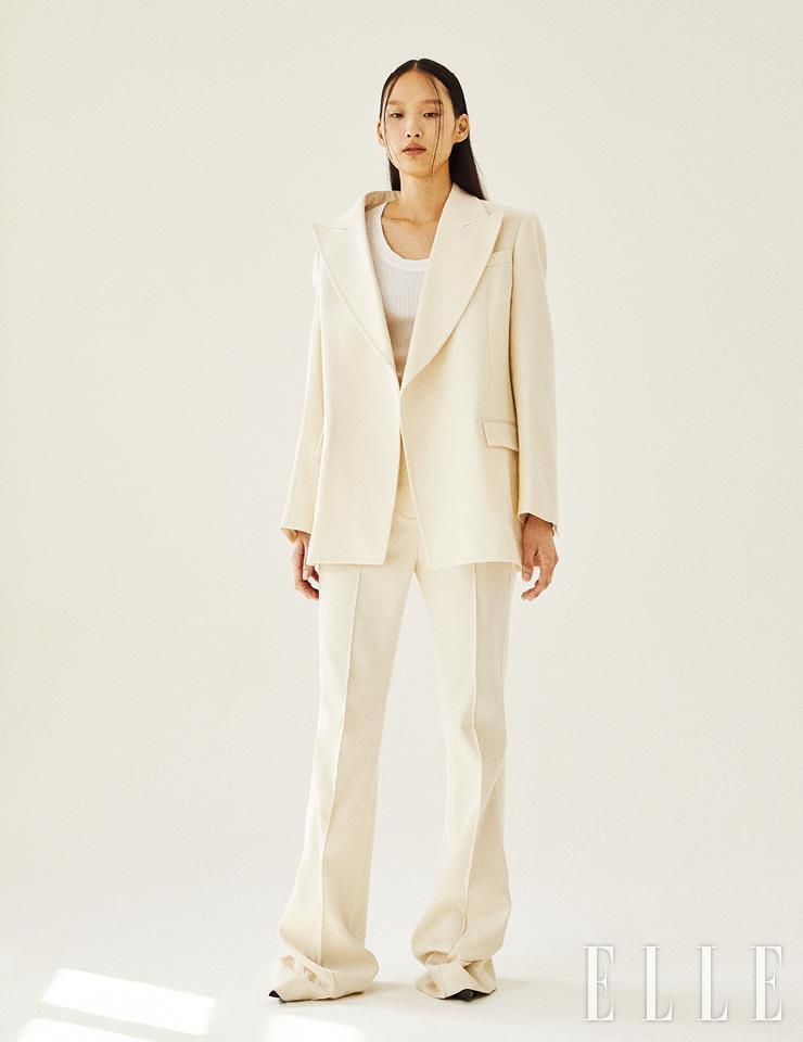 피크트 라펠의 크림색 수트, 플레어 팬츠는 가격 미정, 모두 Givenchy. 슬리브리스 톱은 에디터 소장품. 스틸레토 힐은 가격 미정, Balenciaga.